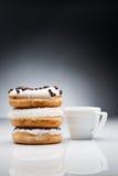 3 donuts и чашки кофе на темной предпосылке Стоковое фото RF