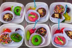 Donuts и deletable имитационные плодоовощи стоковые изображения