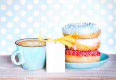Donuts & кофе чашки на предпосылке деревянного стола Стоковые Изображения
