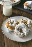 Donuts меренги служили с стеклом молока Стоковые Фотографии RF