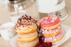Donuts на белизне на таблице Стоковая Фотография RF
