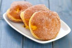 Donuts на белом блюде на голубой предпосылке Стоковая Фотография RF