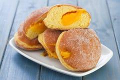Donuts на белом блюде Стоковая Фотография RF