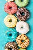 Donuts на голубой предпосылке, взгляд сверху Стоковая Фотография