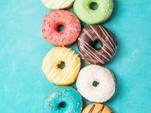 Donuts на голубой предпосылке, взгляд сверху стоковое фото rf