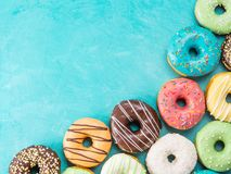 Donuts на голубой предпосылке, космосе экземпляра, взгляд сверху Стоковые Фото