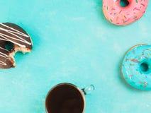 Donuts на голубой предпосылке, космосе экземпляра, взгляд сверху стоковые изображения rf
