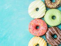 Donuts на голубой предпосылке, космосе экземпляра, взгляд сверху Стоковые Фотографии RF