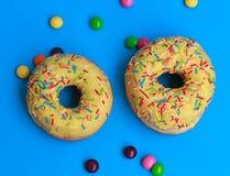 2 donuts на голубой предпосылке Стоковое фото RF