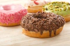 Donuts на деревянной предпосылке стоковое изображение