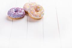 3 donuts на деревянной предпосылке Стоковое фото RF