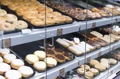 Donuts на дисплее на гастрономе Стоковые Изображения