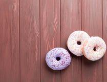 Donuts на коричневой предпосылке Стоковая Фотография RF
