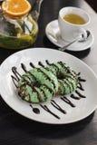 Donuts на плите, чайник с травяным чаем Стоковая Фотография RF