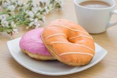 Donuts на плите и кофейной чашке Стоковые Изображения RF