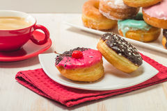 Donuts на плите и кофе Стоковые Изображения