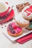 Donuts на плите и кофе Стоковое Изображение