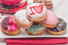 Donuts на плите и кофе Стоковые Фотографии RF