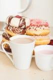 Donuts на плите и чашках Стоковая Фотография