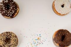 Donuts на плите на белой предпосылке Стоковые Фотографии RF
