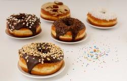 Donuts на плите на белой предпосылке Стоковые Изображения RF