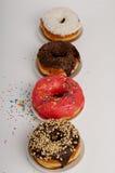 Donuts на плите на белой предпосылке Стоковые Фото