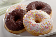 Donuts на плите Стоковые Фотографии RF