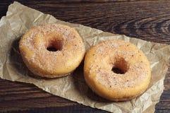 2 donuts на скомканной бумаге Стоковая Фотография