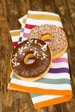 2 donuts на таблице Стоковая Фотография