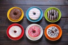 Donuts на таблице Стоковые Изображения RF