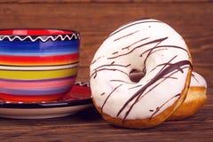 2 donuts на цвете предпосылки красивом ярком голубом, красный, Стоковое фото RF