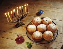Donuts праздника Хануки, освещенные свечи и закручивая верхние части стоковое изображение