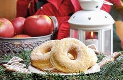 Donuts сахара кольца на таблице рождества Стоковое Изображение