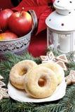 Donuts сахара кольца на таблице рождества Стоковое фото RF