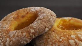2 donuts с вареньем абрикоса в центре черная предпосылка стоковая фотография