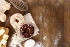 Donuts с ингридиентами для их подготовки стоковая фотография