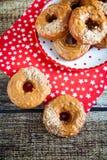 Donuts с карамелькой и гайками Стоковое Изображение