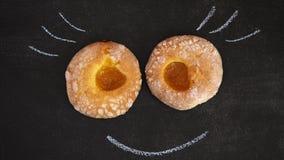 2 donuts с ложью варенья абрикоса на черной доске стоковые фото
