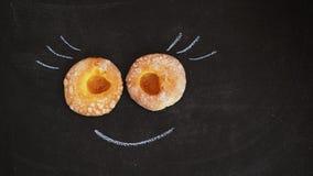 2 donuts с ложью варенья абрикоса на черной доске стоковые фотографии rf