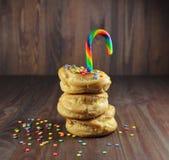 Donuts с порошком карамельки и кондитерскаи цвета Стоковая Фотография