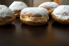 Donuts с сахаром порошка против темной предпосылки Стоковые Изображения