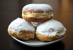 Donuts с сахаром порошка против темной предпосылки Стоковые Фото