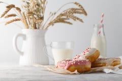 Donuts с стеклом молока Стоковые Фотографии RF
