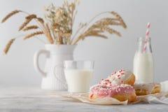 Donuts с стеклом молока Стоковая Фотография