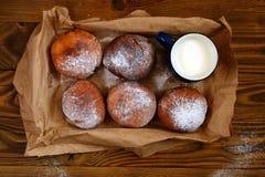 Donuts с чашкой молока на деревянной предпосылке Стоковые Фото