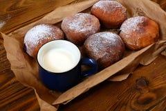 Donuts с чашкой молока на деревянной предпосылке Стоковое Изображение