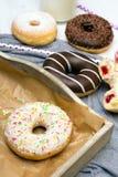 donuts с шоколадом и замороженностью, Стоковая Фотография RF