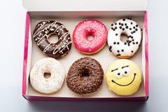 donuts установленные в коробку на белизне Стоковые Фотографии RF