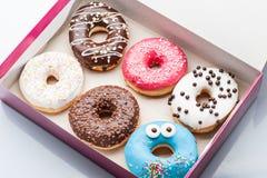donuts установленные в коробку на белизне Стоковые Фото
