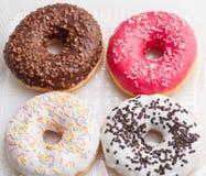 donuts установленные в коробку на белизне Стоковое фото RF